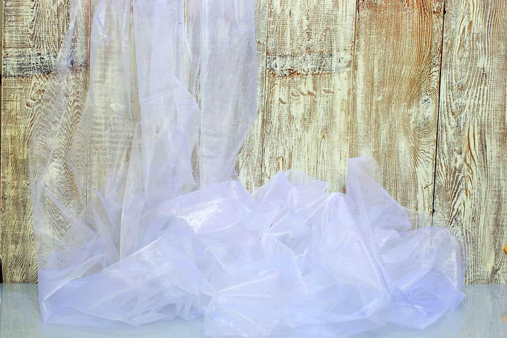fehér színű, organza fényáteresztő függöny
