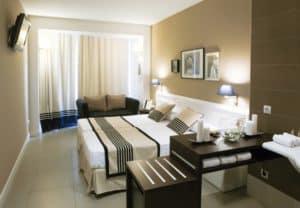 Hotel szoba - modern stílusban, ágysállal.