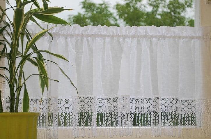 Vitrázs függöny - klasszikus fazonnal, alap függönyből, függönyrojt díszítéssel.