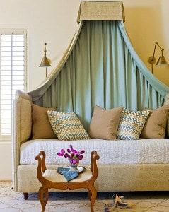 Klasszikus baldachin szófa fölé a nappaliba. Az egyszerű tartószerkezetet a textil eltakarja. Pompás és XXI. századi!