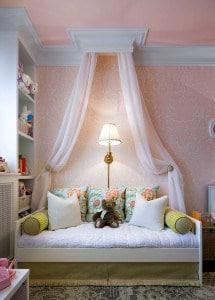 Oldalfali baldachin, nem csak hálóba, a nappali dísze is lehet. Egy szép karnisszerkezet kiemeli.