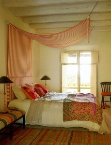 Klasszis tető baldachin, egyszerű rúd felfogatással, praktikusan falvédővel kombinálva.