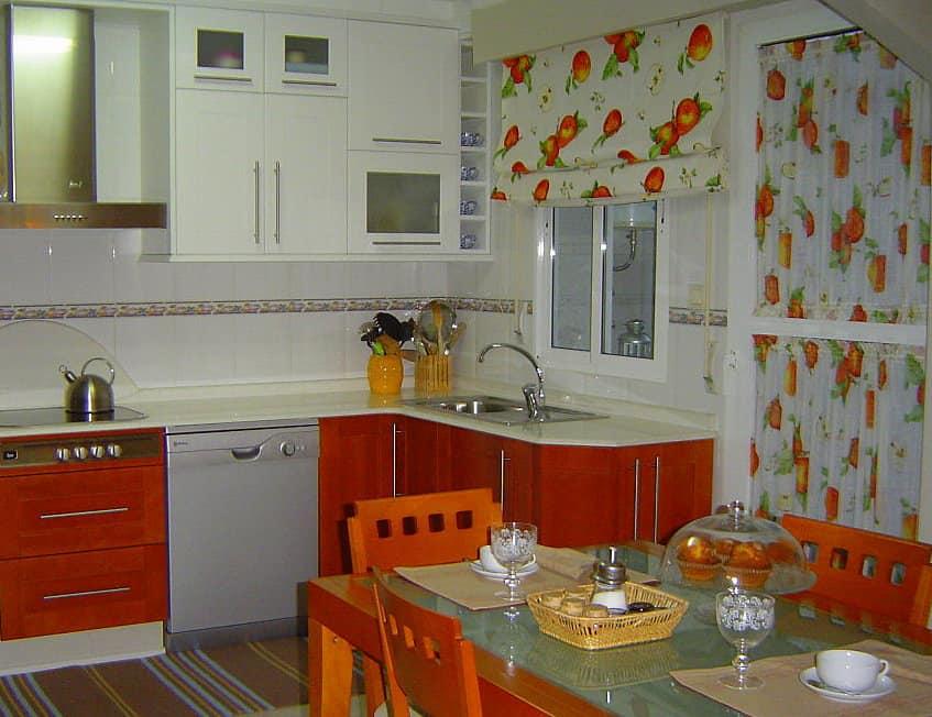 Tökéletes konyhai függöny példa. Dekor és nylon függönyök használata egy textilcsaládból. Szuper.
