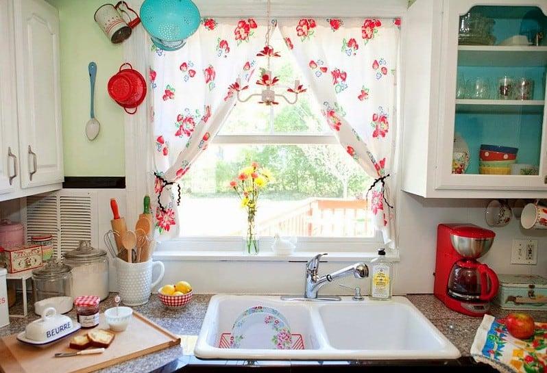 Gyümölcsmintás klasszikus konyhai függöny, a legtöbb otthonban ideálisan alkalmazható.