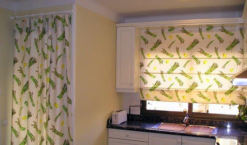 Spárga minta, roló, egyszerű függöny kombinálva. Jó megoldás, ha több féle a felületünk.