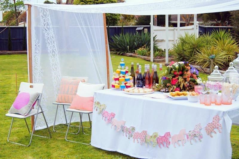 Kerti rendezvény : dobjuk fel függönyanyagból készült kerti baldachinnal!