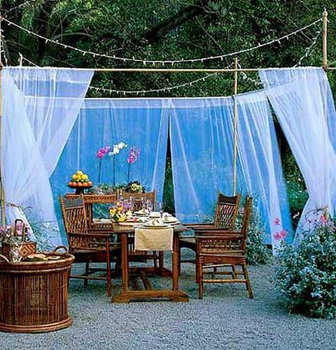 Kerti függöny - ha nincs teraszunk, ezzel a nylon függöny megoldással elérhetjük a tökéletes hatást.