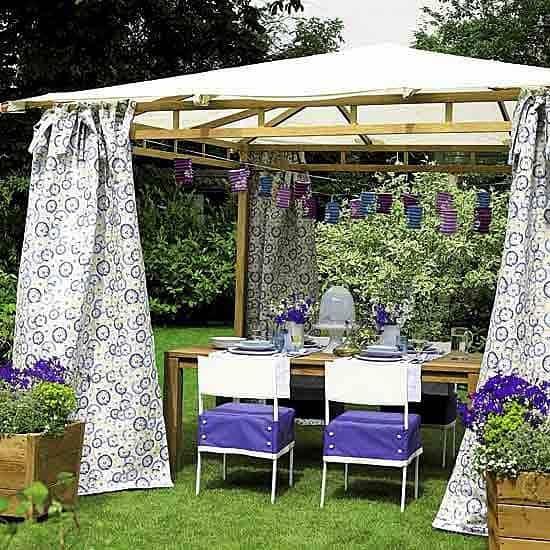 """Kerti textilek, virágminta, levendula, a kiegészítők is csodásak: a tökéletes udvari """"bungaló."""""""