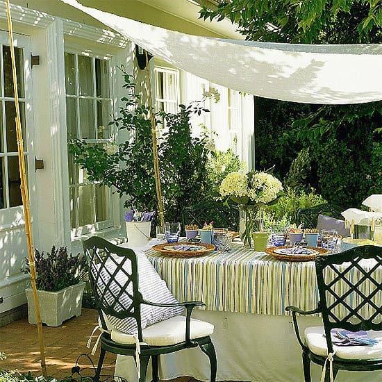 Kerti rendezvény, ebéd a teraszon : dobjuk fel, árnyékoljunk függönyanyagból készült kerti baldachinnal!
