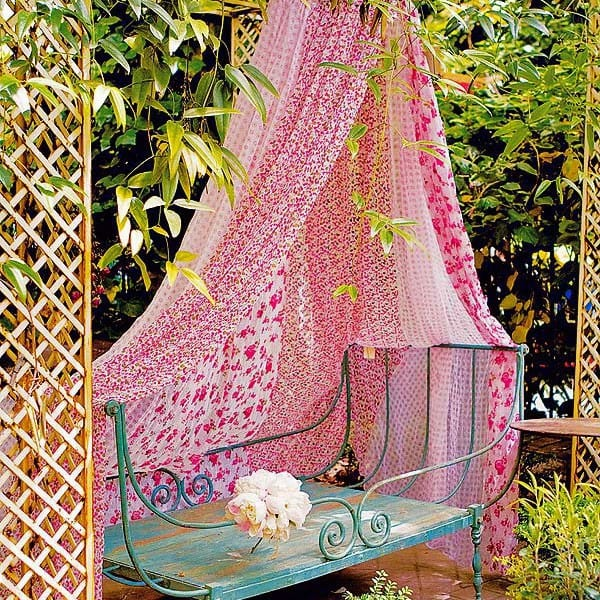 Kerti pad, kiülő, nyugágy árnyékolása romantikus stílusban - bájos !