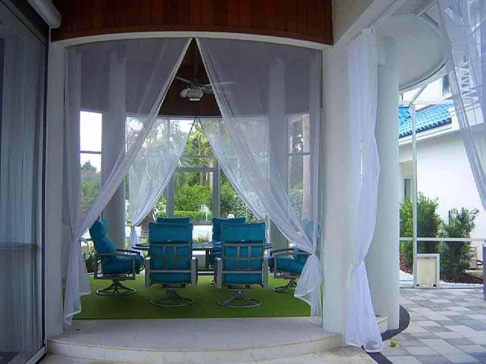 A fehér kültéri függöny és a kerti terasz kombinációja, csodás....