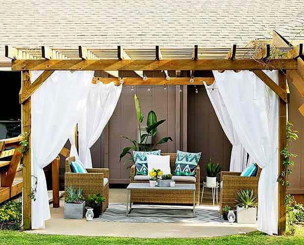 A fehér kültéri függöny és a kerti pergola kombinációja, csodás....