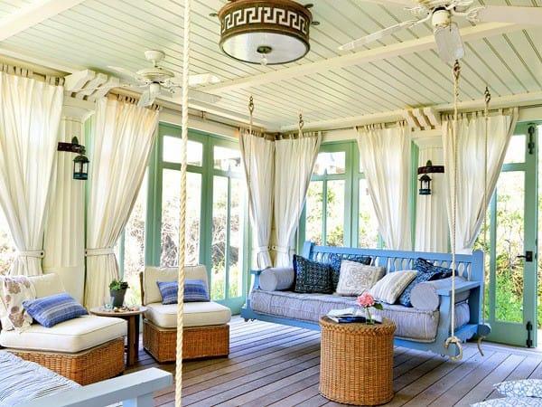 A fehér kültéri függöny és a kerti terasz és a színek kombinációja, csodás....