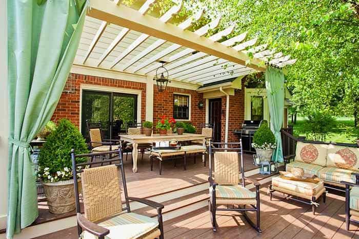 A pergola díszítése zöld kültéri függönnyel, családias, barátságos.