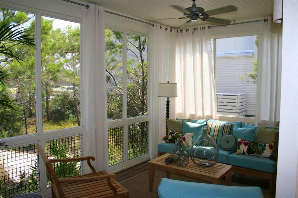 A fehér kerti, kültéri függönyöket keretezzük színekkel. a kék tökéletes.