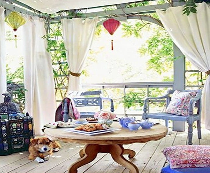 A fehér kültéri függöny és a színes párnák, csodás....