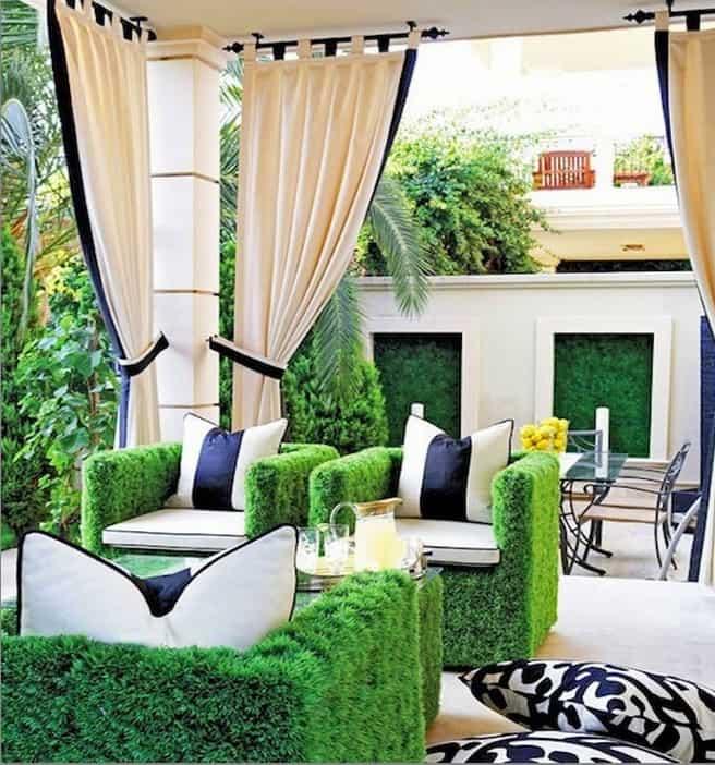 A fehér kerti, kültéri függönyöket keretezzük színekkel, az eredmény gyönyörű.