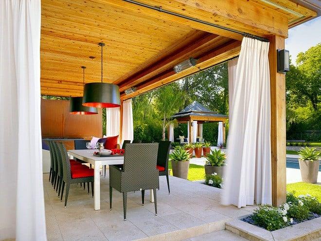 A fehér kültéri függöny és a színes teríték, csodás....