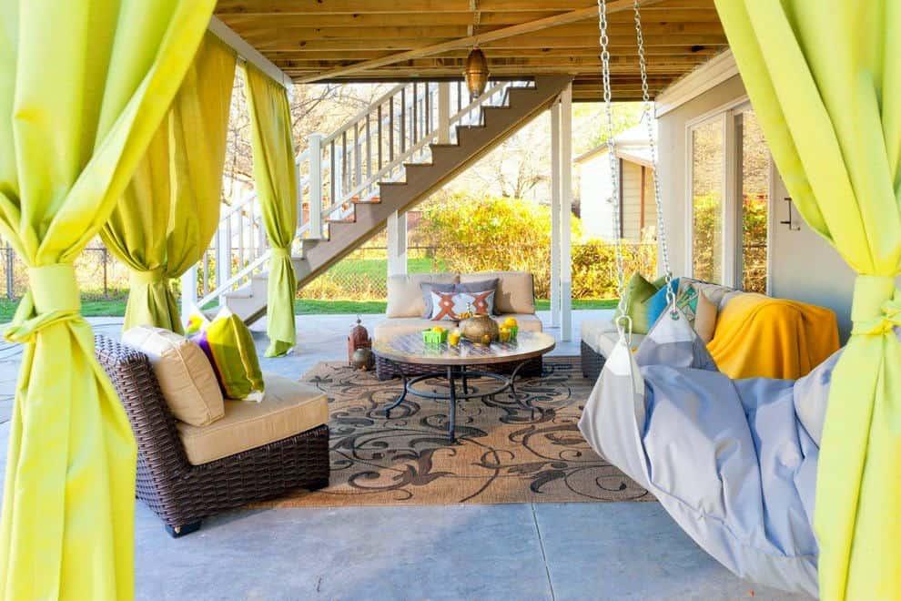 Az üde sárga, vidámságot teremt a teraszon kültéri textília ként használva.