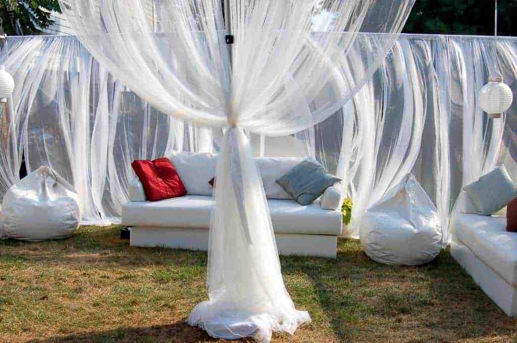 Kültéri rendezvényeken is legyünk kreatívak a kerti függönyökkel.
