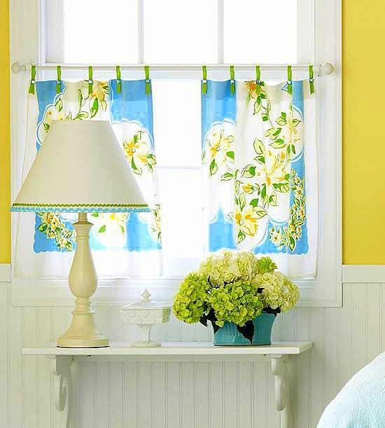 Egyedi fazonú vitrázsfüggöny élénk mintás dekor anyagból.