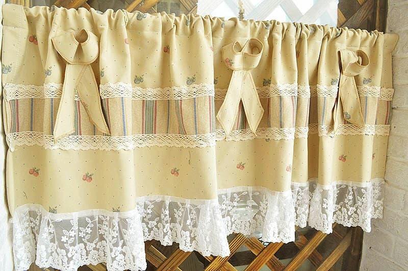 Egyedi vitrázsfüggöny dekor anyagból csipke és mintás anyag betéttel, masnival.