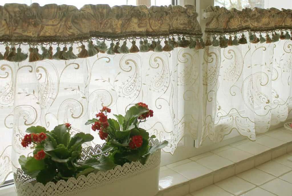 Egyedi vitrázsfüggöny dekor anyag, bolyt, és hímzett organza függöny betéttel..