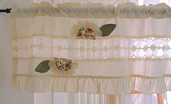 Egyedi vitrázsfüggöny dekor anyagból csipke betéttel, és dekor anyag rátéttel..