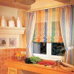 Raff roló megoldások konyhai ablakra - a csíkos voile optikailag is jótékonyan csal.