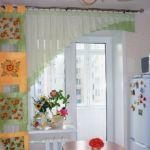 Konyhai függöny ötletes és praktikus : több alapanyag, srépánt díszítéssel, rendhagyó fazonnal.