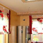 Raff roló megoldások konyhai ablakra - élénk virágos organza, egyszínű anyaggal kombinálva, csak vidáman !