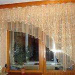 Konyhai függöny ötletes és praktikus : kétféle alapanyag, srépánt díszítéssel, rendhagyó fazonnal.