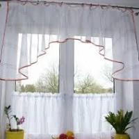 Vitrázs függöny - panoráma fazonnal, alap függönyből, szaténszalag díszítéssel.