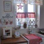 Vitrázs függöny klasszikus fazonnal - kombinálva szatén szalaggal, többféle dekor anyaggal. További konyhai kiegészítőkkel fokoztuk a hatást.